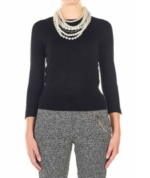 Light sweater with pearl necklace